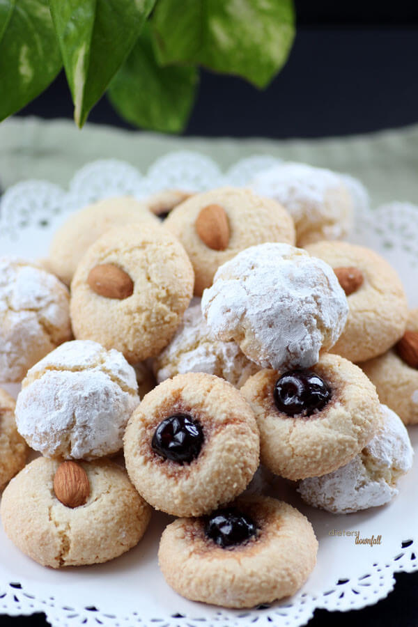 Easy recipe for Amaretti Cookies. Perfectly made in under 30 minutes. from #DietersDownfall.com