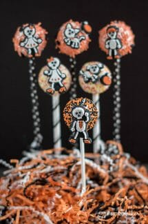 BOO!! Don't be scared of making some cake pops this Halloween! Check out how easy it can be with this easy Halloween Cake Pop Tutorial.