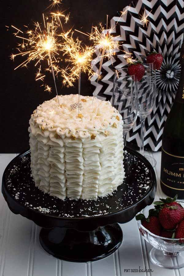 You're going to love this easy and beautiful New Year's cake! It's perfect for your celebrations!