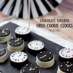 Count Down to the New Year with these fun Chocolate Covered Oreo Cookie Clocks. Perfect for you party!